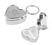 Szív alakú fém gyógyszertartó doboz kulcstartóval egyedileg gravírozott  szöveggel 9cc608c250