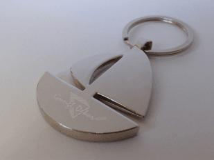 Gravírozott vitorlás hajó alakú fém kulcstartó egyedi szöveggel vagy logóval e56efc6751
