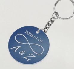 Kerek biléta egyedi gravírozott szöveggel kulcstartó lánccal és karikával  ellátva 2db-os gravírozott műanyag kivitelben többféle színben bebd087e8a
