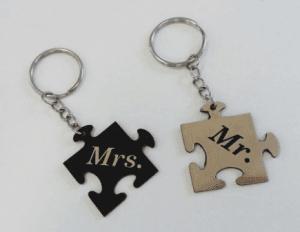 Mr és Mrs puzzle alakú összetartozó biléta pároknak egyedi szöveggel  kulcstartó lánccal és karikával ellátva 2db-os gravírozott műanyag  kivitelben többféle ... b875675d32